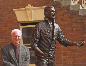 Terrance Plowright with Richie Benaud sculpture at the unveiling.
