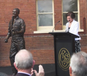 """Richie Benaud"" Governor of NSW Professor Marie Bashir with sculpture"